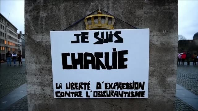 vídeos de stock e filmes b-roll de dozens of people hold je suis charlie signs and light candles on place de lalbertine in central brussels to honor the victims of wednesdays attack on... - sátira