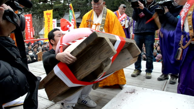 vidéos et rushes de dozens of worshipers vied for the honor of winning a competition to lift giant rice cakes at a temple on february 23, 2016 in kyoto, japan, only to... - fidèle religieux