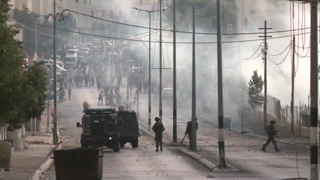 dozens of young palestinian protesters gathered close to the rachel tomb military checkpoint in bethlehem in the occupied west bank ahead of clashes... - gravvalv bildbanksvideor och videomaterial från bakom kulisserna
