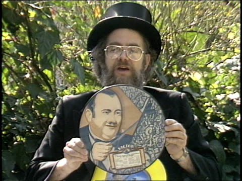vídeos y material grabado en eventos de stock de dr demento talks a little about the history of picture records, and shows off some of his recent picture disc acquisitions, including the picture... - sombrero de copa