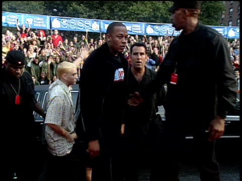 stockvideo's en b-roll-footage met dr dre and eminem exiting their limo gesturing to the camera and walking down the red carpet at the 1999 mtv video music awards - 1999