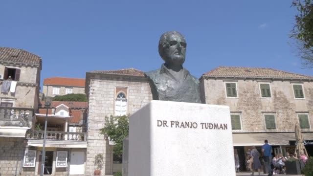 vídeos y material grabado en eventos de stock de dr. franjo tudman statue in cavtat harbour and bay, cavtat, dubrovnik riviera, croatia, europe - cultura croata