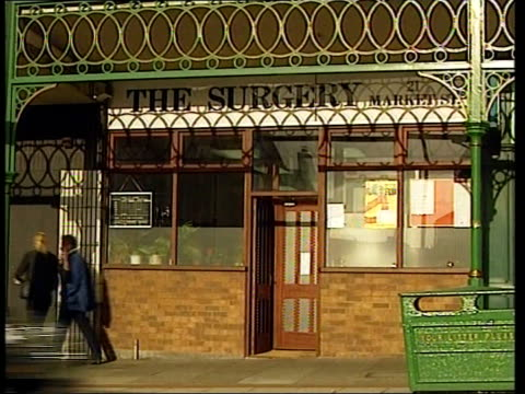 murder trial opens lib hyde surgery of dr shipman sign in window of surgery giving opening times - kommode stock-videos und b-roll-filmmaterial