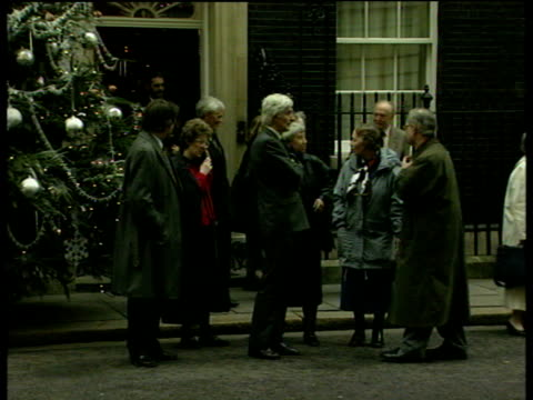 vidéos et rushes de dr jim swire and other relatives of lockerbie victims leave 10 downing street after meeting with tony blair 10 dec 98 - groupe moyen d'objets