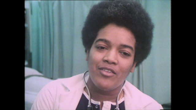 vidéos et rushes de dr linda murray speaking in 1979 while working at cook county hospital in illinois on the difference in healthcare and treatment experienced by... - authenticité