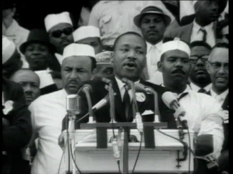 vídeos de stock e filmes b-roll de dr martin luther king jr delivering his i have a dream speech at the lincoln memorial as crowd is watching / washington district of columbia united... - 1963