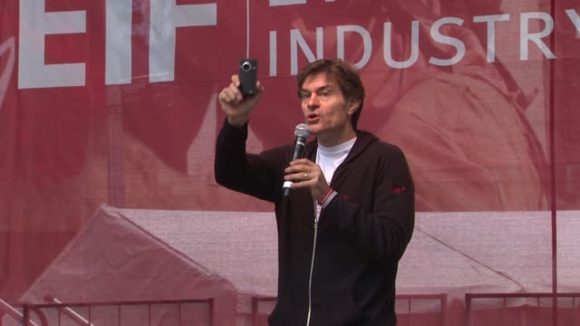 dr. mehmet oz asks the crowd to chang 'cure cancer now!. at the 14th annual entertainment industry foundation revlon run/walk for women at new york... - メフメト オズ点の映像素材/bロール