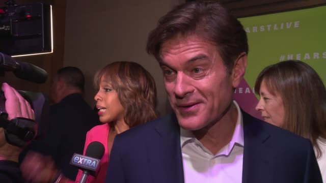 dr. oz - he talks about the best ways of curing a cold in the winter months. he also suggests a lot of sleep. he says he's thrilled about hearstlive... - メフメト オズ点の映像素材/bロール
