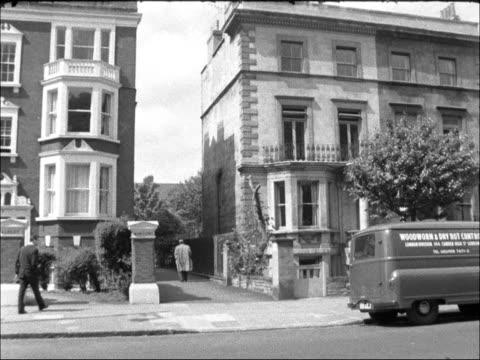 vidéos et rushes de dr richard castillo murder: general views of artist studio where body was found; england: london: chelsea: ext gv exteriors of artists studio off... - london bridge angleterre