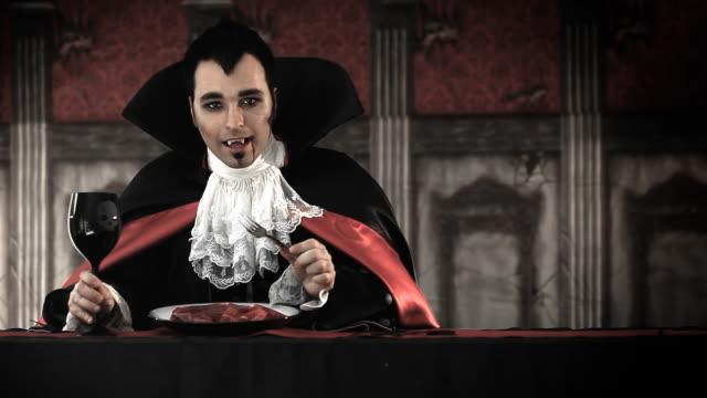 stockvideo's en b-roll-footage met dracula diner - graaf dracula