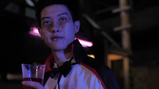stockvideo's en b-roll-footage met dracula vampire feest - graaf dracula