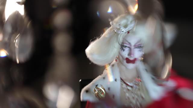 vidéos et rushes de drag reine et cristaux - représentation artistique