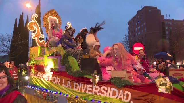 stockvideo's en b-roll-footage met drag queen la prohibida takes part in the traditional three kings parade marking epiphany in the working class puente de vallecas district in... - puente