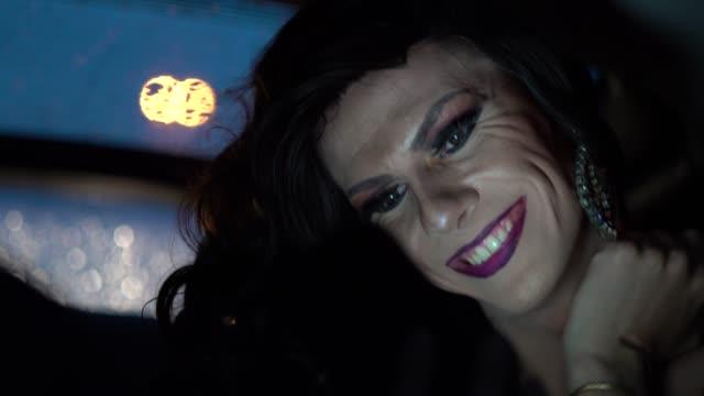 vídeos y material grabado en eventos de stock de drag queen con móvil en el coche - pasajero