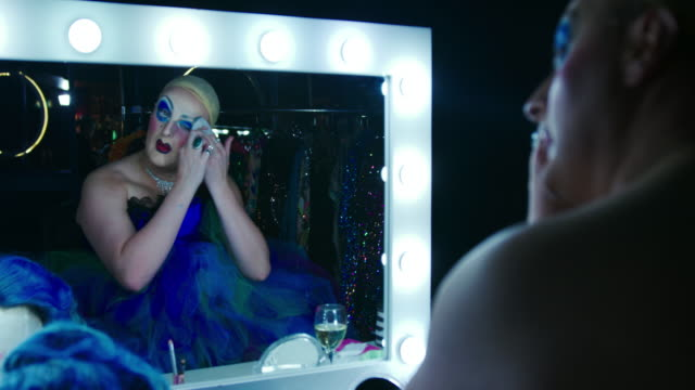 stockvideo's en b-roll-footage met drag queen - kleedkamer coulissen
