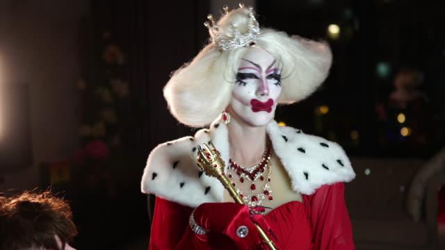 vidéos et rushes de drag queen portant le costume - sortir du lot