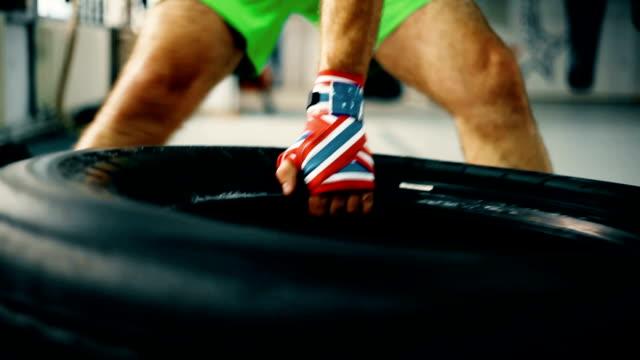 vídeos de stock, filmes e b-roll de draging pneus - peso livre equipamento para exercícios