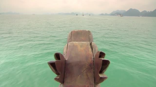 vídeos de stock, filmes e b-roll de dragon boat in ha long bay - baía