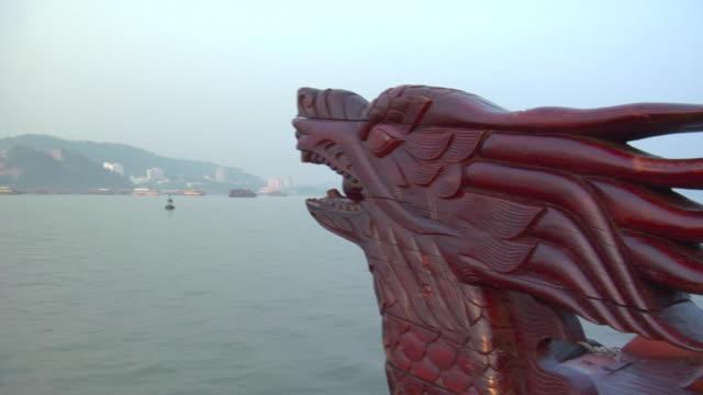 vidéos et rushes de pan cu dragon bow of tourist boat to port on ha long bay / quang ninh , vietnam - baie eau