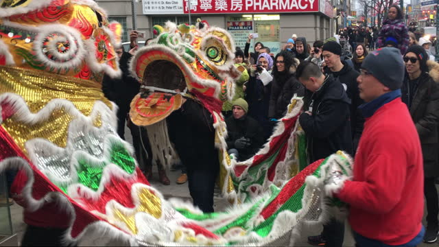 vídeos de stock e filmes b-roll de dragon costume, music, and dances are used to bless the business in chinatown on january 28 in toronto, ontario, canada the practice is traditional... - benção