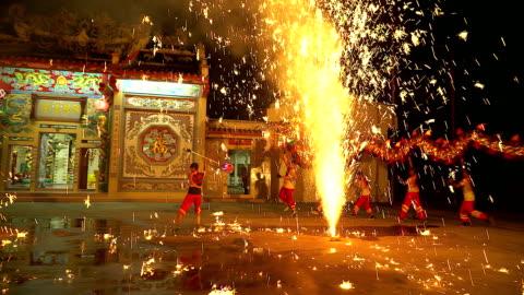 drachen-tanz-show mit feuerwerk am festival chinese new year in der nacht. - chinese culture stock-videos und b-roll-filmmaterial
