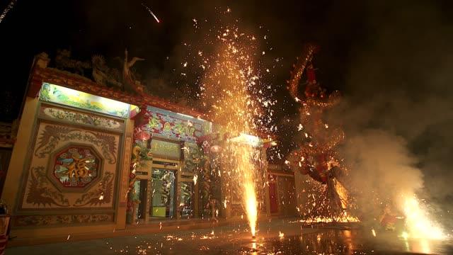 ドラゴン ダンスは夜に中国の新年祭で花火を表示します。 - 素材点の映像素材/bロール