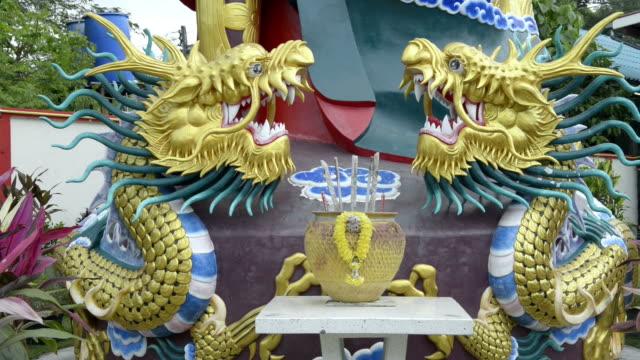 stockvideo's en b-roll-footage met dragon figures on altar in a chinese temple - altaar