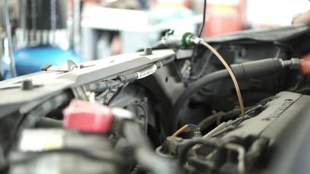 ドレインモーターオイルとエンジンオイル交換 - 交代点の映像素材/bロール