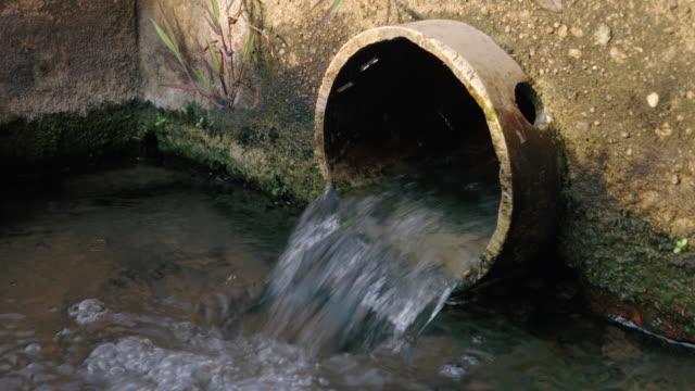 entwässerungs- oder abwasserschachtnetzsystem auf der straße - einsteigloch stock-videos und b-roll-filmmaterial