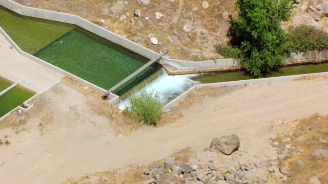 vídeos y material grabado en eventos de stock de cu aerial drainage pond at hagerman hatchery / idaho, united states - río snake