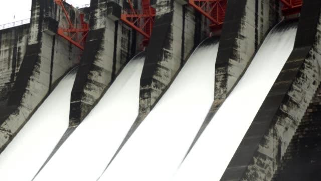 ablassen von wasser aus dem wasserkraftwerk. - stausee stock-videos und b-roll-filmmaterial