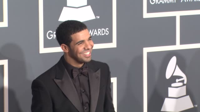 vídeos de stock, filmes e b-roll de drake at the 53rd grammy awards arrivals part 2 at los angeles ca - prêmios grammy