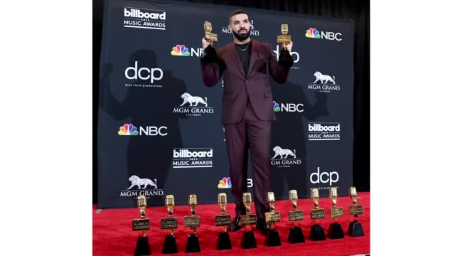 "vidéos et rushes de drake poses with the awards for top artist top male artist top billboard 200 album for ""scorpion"" top billboard 200 artist top hot 100 artist top... - billboard music awards"