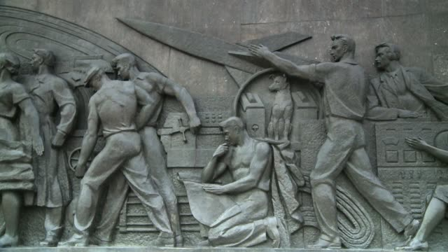 a dramatic bas-relief adorns the monument to the conquerors of space in moscow. available in hd. - statue stock-videos und b-roll-filmmaterial