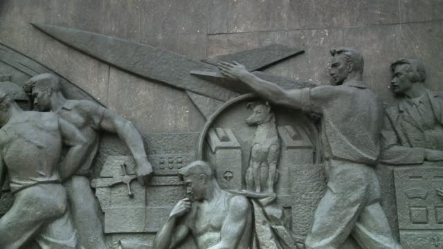 a dramatic bas-relief adorns the monument to the conquerors of space in moscow. available in hd. - bas relief stock videos & royalty-free footage
