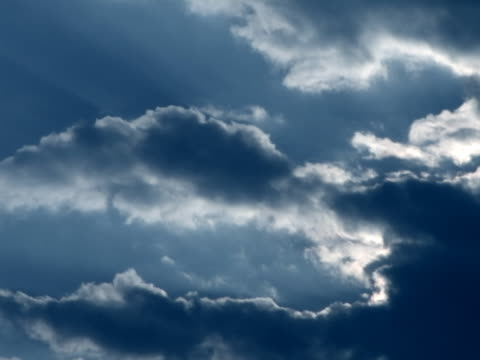 vídeos de stock e filmes b-roll de nuvens dramáticas - alto contraste