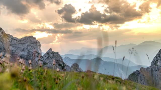 t/l dramatiska molnlandskap över berget mangart - bergsrygg bildbanksvideor och videomaterial från bakom kulisserna