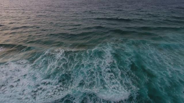 vídeos de stock e filmes b-roll de dramatic desert beach in fuerteventura - pedra rocha