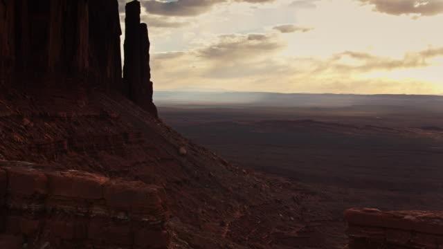 vídeos de stock, filmes e b-roll de vôo dramático do zangão após mitten buttes, vale do monumento - mitten
