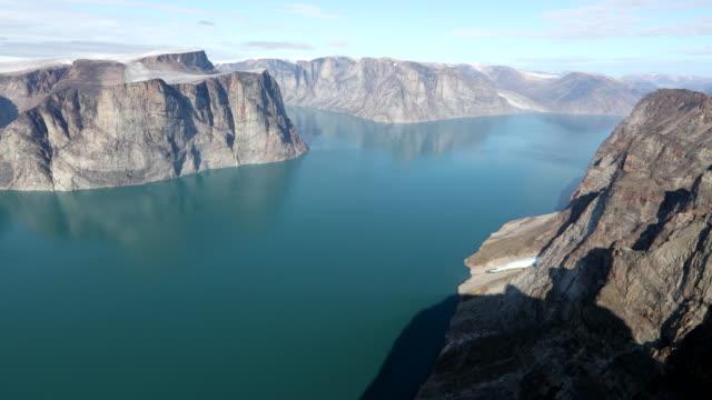 dramatic fjord on baffin island - 北極点の映像素材/bロール