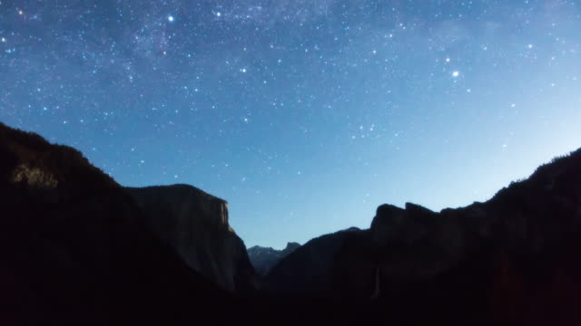 vídeos de stock, filmes e b-roll de dramatic galaxy on the sky over the landscape of yosemite national park with el capitan, half dome and bridalveil fall - condado de mariposa