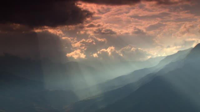 """dramatic green mountains and valleys, blue and pink cloudy skies with rays of sun cutting through, amazonas region of peru [perãº]"" - ドラマチックな空模様点の映像素材/bロール"