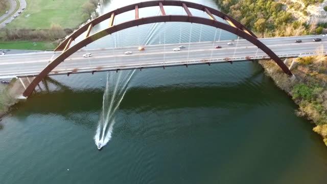vídeos de stock e filmes b-roll de dramática anca efeito relaxante fantásticas actividades ao ar livre sobre o lago fotografia aérea do barco no rio colorado aceleração do centro da cidade de austin texas lago - town