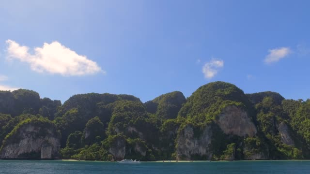 dramatic island landscape in thailand with rocky cliffs and green vegetation - 固定された点の映像素材/bロール