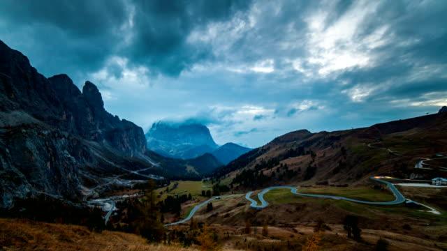 dramatic landscape in dolomites mountains, passo gardena, italia. timelapse - dramatischer himmel stock-videos und b-roll-filmmaterial