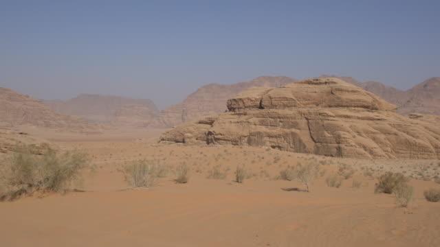 dramatic landscape of wadi rum desert, jordan - panorering bildbanksvideor och videomaterial från bakom kulisserna
