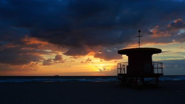 ドラマチックなマイアミビーチの日の出 - アールデコ地区点の映像素材/bロール