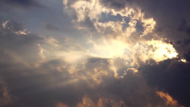 dramatiska lynnig sky