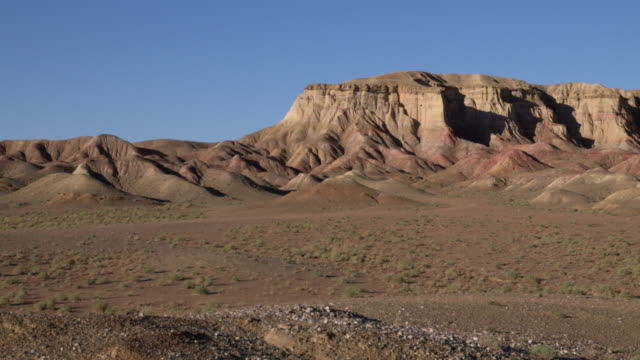 vidéos et rushes de a dramatic mountain landscape in mongolia's gobi desert - désert de gobi