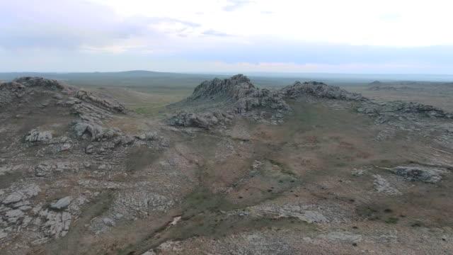 vidéos et rushes de dramatic mountainous landscape of outer mongolia's gobi desert - désert de gobi